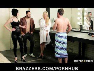 सेक्सी किशोरों रॉकर्स एक मंच के पीछे त्रिगुट में एक बड़े डिक साझा