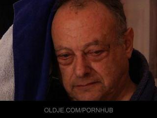 पुराने बदसूरत आदमी दो तेजस्वी युवा लड़कियों बकवास