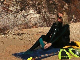 काले लाटेकस Catsuit और डाइविंग गियर में ड्रेसिंग तो समुद्र तट पर तैर
