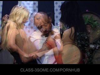 कामुक लड़कियों को वेटर के साथ त्रिगुट में बकवास