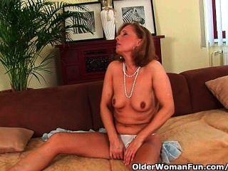 गर्म शरीर के साथ परिपक्व माँ सोफे पर Drilled हो जाता है