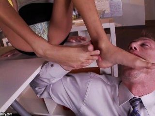 शरारती लैटिना जेनिस ग्रिफ़िथ उसके पैरों पर Cumshot हो जाता है