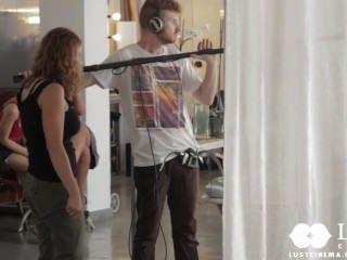 वासना सिनेमा शौकिया जोड़े को एक अश्लील वीडियो बनाता है