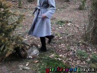 गर्लफ्रेंड समलैंगिकों चुंबन और जंगल में बालों बिल्ली खा