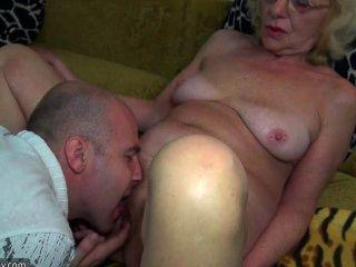 पट्टा पर के साथ गर्म युवा लड़के कमबख्त दादी