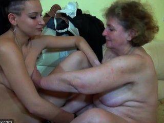 बिस्तर पर युवा जोड़े के साथ नानी हस्तमैथुन
