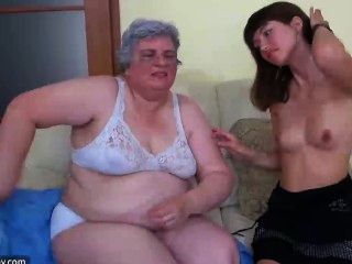 जवान लड़की के साथ पुराने नानी, दादी एक खिलौना के साथ और युवा Gir साथ हस्तमैथुन