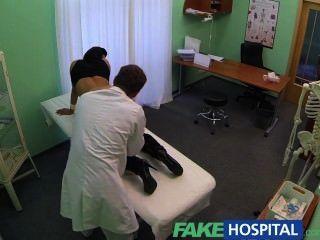 Fakehospital परिपक्व सेक्सी पत्नी को धोखा दे जरूरत डॉक्टरों कुछ के लिए मदद