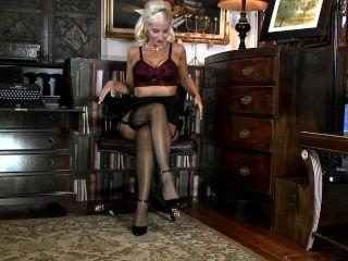 जेनिफर पतले पैर और बिल्ली के बाल काटे Jade-