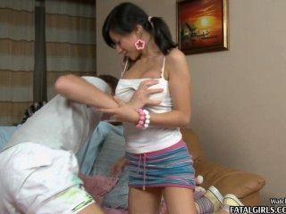 गर्म स्तन के साथ सेक्सी युवा किशोरों की बेब बेकार है और एक चेहरे हो जाता है