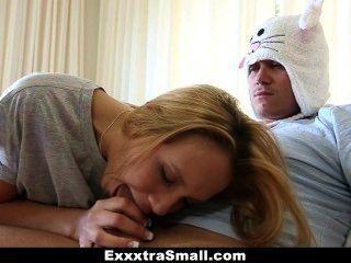 Exxxtrasmall - सौतेला भाई छोटी बहन का लाभ लेता है