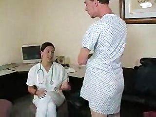 महिला चिकित्सक अपनी छड़ी के उपाय