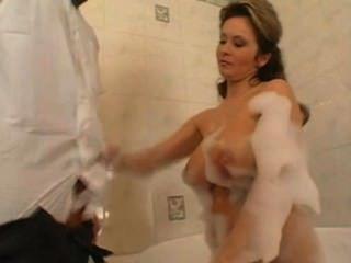 एमआईएलए एक स्नान में युवा लड़के से गड़बड़ हो जाता है