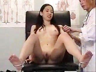 एशियाई दर्शक उसे गंदा चिकित्सक