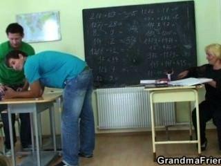 गंदा परिपक्व शिक्षक दो सींग विद्यार्थियों द्वारा बढ़ा है