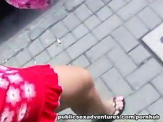लाल रंग की पोशाक में गोरा से सार्वजनिक Blowjob