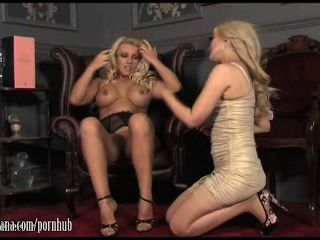 गर्म गर्म Lana कुछ गर्म समलैंगिक कार्रवाई के लिए ग्लास Dildo के साथ बेब प्रस्तुत