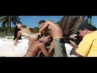 स्वर्ग समुद्र तट में हंसमुख वेश्या!