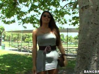 हॉट लैटिना स्ट्रिप्स और कैमरे के लिए उसे गधा से पता चलता है