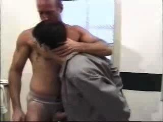 पुलिस वाले युवा कैदी Fucks