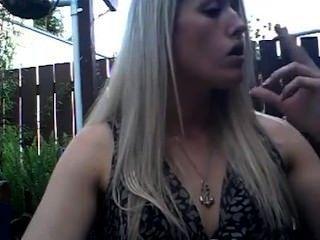 गोरा प्यारा एक मजबूत सिगरेट