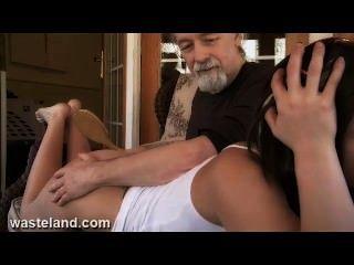 कालकोठरी बीडीएसएम सेक्स गुरु चम्मच के साथ घुटने के ऊपर सुंदर लड़की और पैडल Spanks