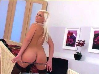 सुंदर गोरा ग्लैमर बेब Teases और नीचे पहनने के कपड़ा और ऊँची एड़ी के जूते में Masturbates