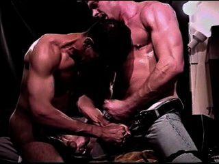 सीबीटी आपसी गेंद को ख़त्म करने और दो गर्म मांसपेशियों में दोस्तों के बीच Jackoff सत्र।