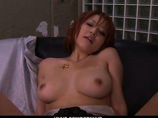 गंदी लाल बालों वाली एशियाई बेब उसे सेक्सी गधा और बड़े स्तन दिखावा