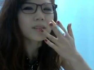 एशियाई धूम्रपान करता है