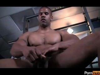 काले आदमी जिम में बंद हो जाता है