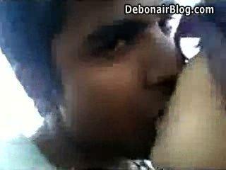 छत पर शरारती Bdeshi लड़की प्रेमी के साथ चुंबन