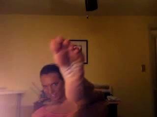 पश्चिमी औरत पैर वर्चस्व वीडियो में उसे सुंदर विशाल नॉर्डिक पैर से पता चलता है