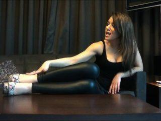 महिला साँप त्वचा ऊँची एड़ी के जूते में उसे ग्लैमर पैर से पता चलता है