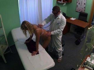 अपने कार्यालय में चिकित्सक द्वारा गड़बड़ पैंटी के बिना गोरा