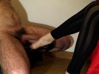 चमकदार पंपों के साथ Shoejob और पैर पर Cumshot