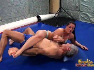 कैरोलीन के साथ सेक्सी कुश्ती Facesitting जीत की ओर जाता है