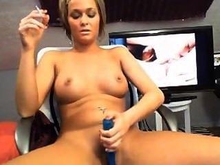 सेक्सी गोरा धूम्रपान और वेब कैमरा के लिए हस्तमैथुन
