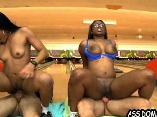 Jayla गेंदबाजी Alley_2.7 में बकवास सेक्सी आबनूस बड़े गधे और उसके दोस्त Foxx