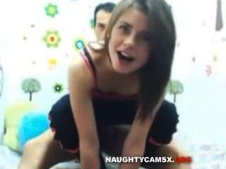 छोटे स्तन के साथ लैटिना किशोरों कैम पर उसे Bf द्वारा गड़बड़ हो जाता है