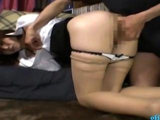 स्कर्ट फुहार में कार्यालय महिला, जबकि कमरे में कालीन पर उँगलियों