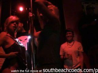 एक पोल प्रतियोगिता मियामी दक्षिण समुद्र तट घर वीडियो पर अलग करना असली लड़कियों