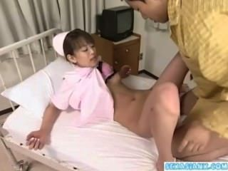 एशियाई नर्स उसे बिल्ली पाला है और अस्पताल में एक रोगी द्वारा गड़बड़ हो रही है