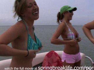 4 लड़कियों को एक नाव पर नग्न