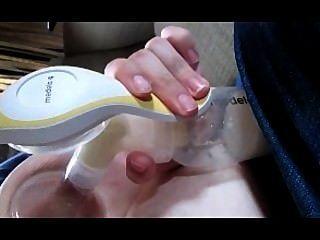 पत्नी दूध भरने स्तन पंप औंस से मां के दूध में हो रही पंप देखना