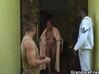 दादी एक बार में दो लंड निगल
