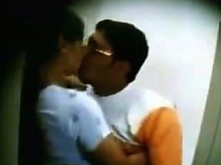 देसी मल्लू पत्नी Bathroom.mp4 में अपने दोस्त से चुंबन