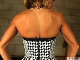 गर्म मांसपेशियों Milf स्ट्रिप्स उसके कपड़े से दूर उसकी मांसपेशियों को दिखाने के लिए