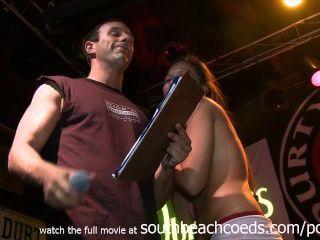 पूरी तरह से नग्न शौकिया कॉलेज की लड़कियों के साथ गीला Tshirt प्रतियोगिता