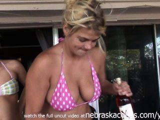 शराबी बिगड़ी लड़कियों को नग्न और जंगली हो रही